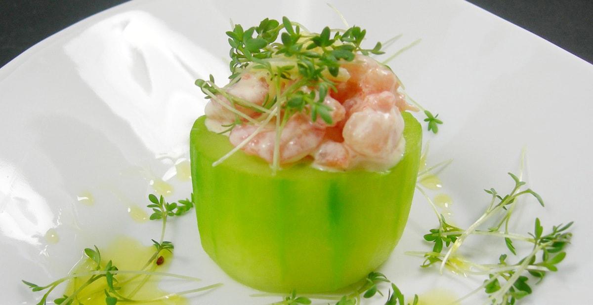 frische Fingerfood: mit Garnelen und Ingwer gefüllte grüne Gurke