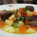 Möhren-Kartoffelsuppe mit gefüllten Hackbällchen und Basilikum