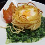 Rahmspinat mit Ei im Spaghettinest