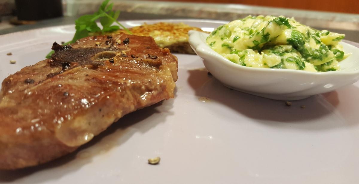 Lammkotelett mit Käsebaguette und Petersilienbutter