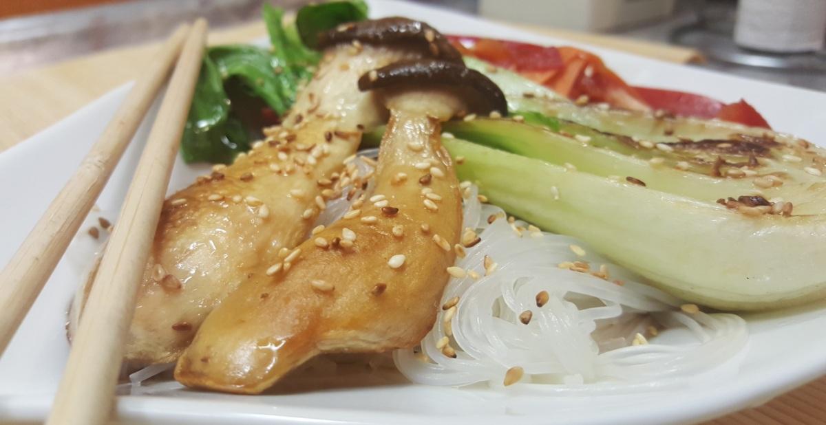 Pak Choi und Kräuterseitlinge mit Glasnudeln und Asia-Salat