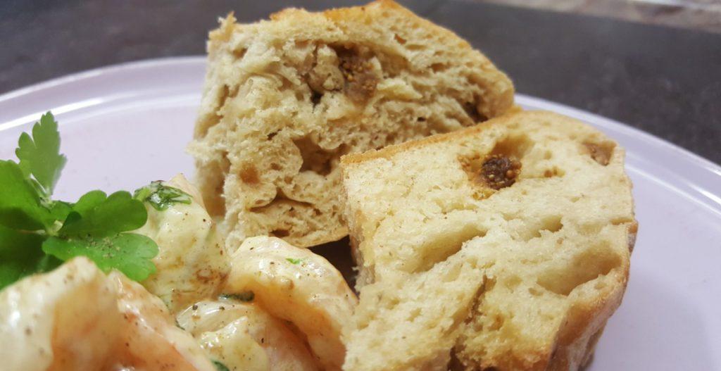 Brot mit Feigen und Walnüssen