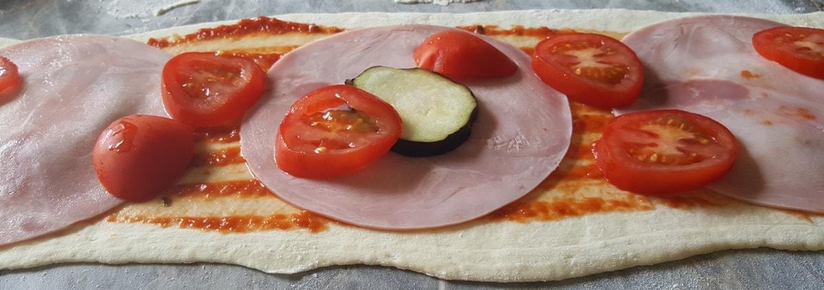 pizza gerollt mit schinken viel k se und frischen tomaten. Black Bedroom Furniture Sets. Home Design Ideas