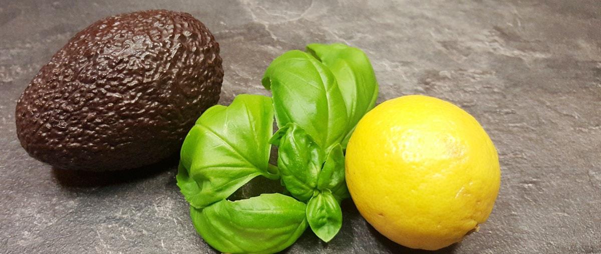 Avocado, Basilikum und Zitrone für Avocaadopesto