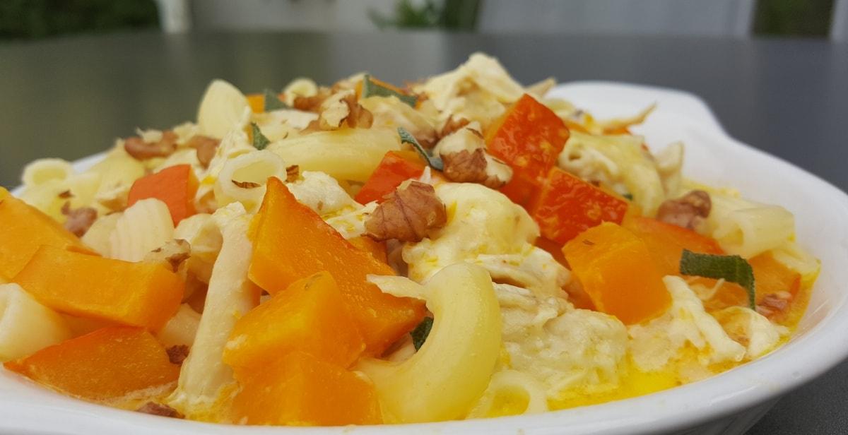 Kürbis-Hühnchen-Pasta mit Bergkäse und Salbei