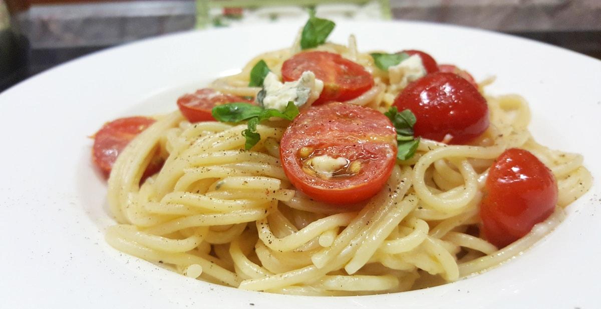 Spaghetti mit Tomaten und Blauschimmel Käse – Soße ohne Kochen