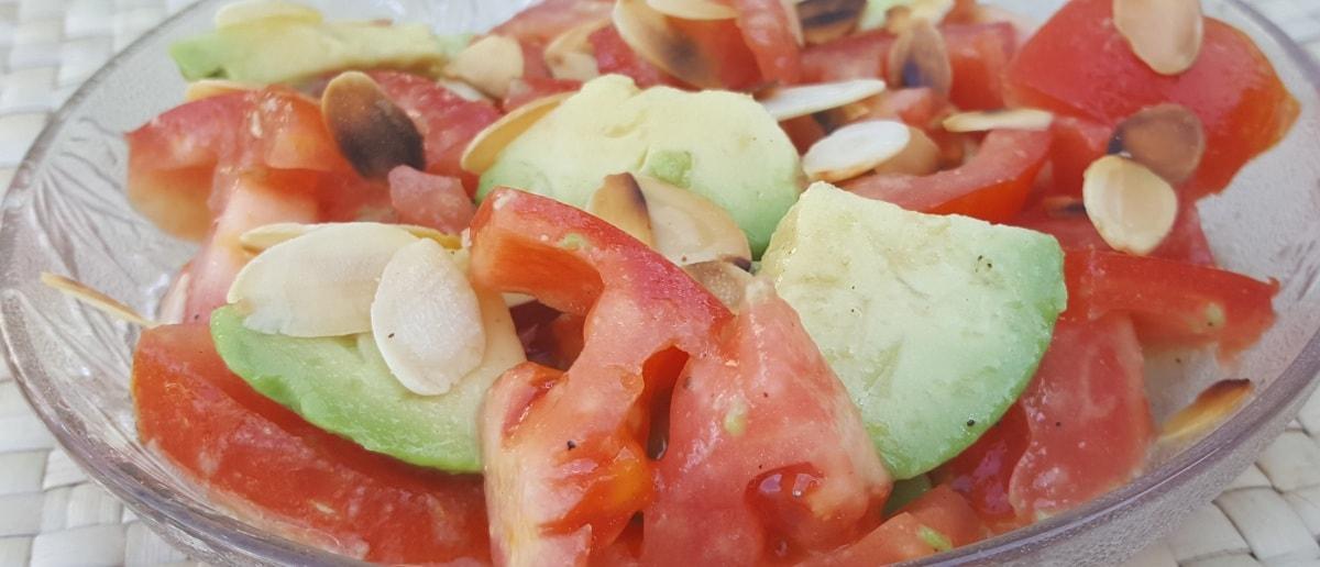 Tomaten Avocado Salat mit Mandelsplittern