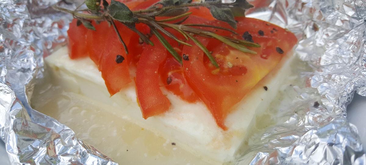 gegrillter Schafskäse mit frischen Tomaten