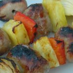 Bratwurst-Frucht-Spieße für den Grill
