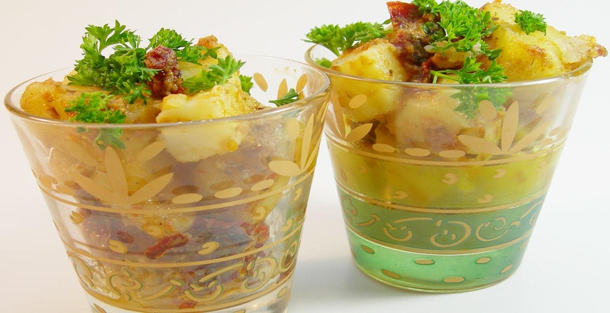 spanischer Kartoffelsalat mit rotem Pesto