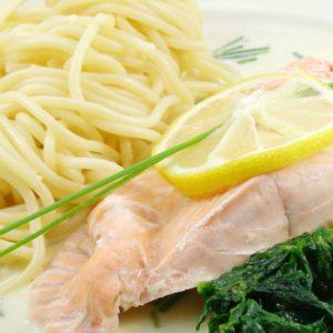 Pasta mit Lachs und Estragon Sahne an Spinat