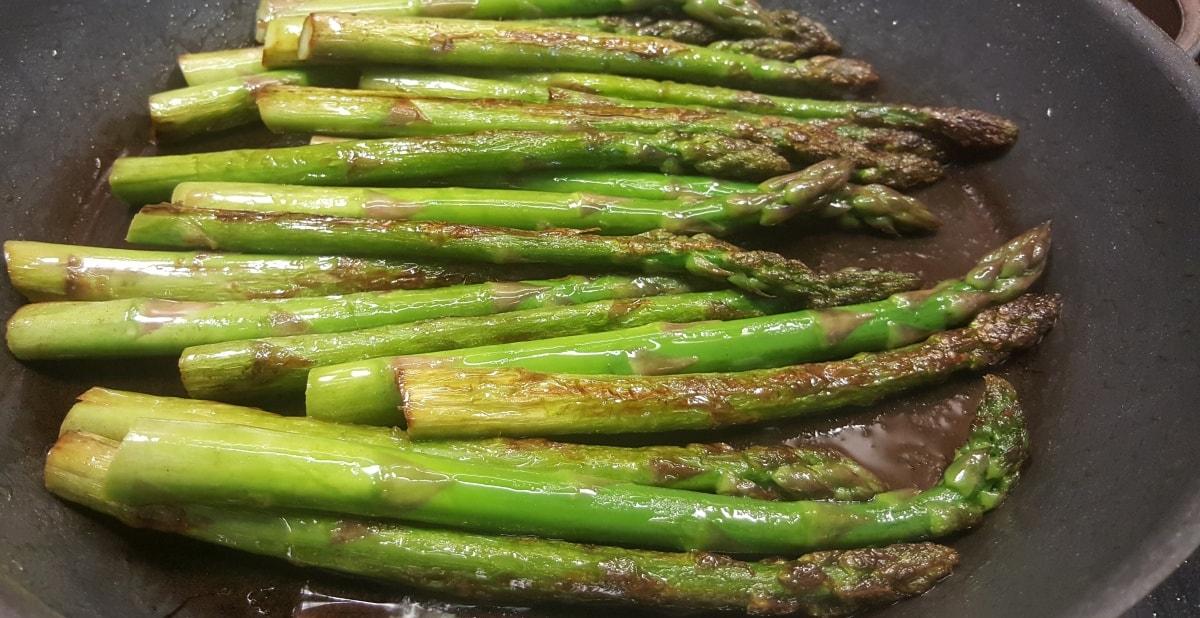 grüner karamelliesierter Spargel - zuerst anbraten