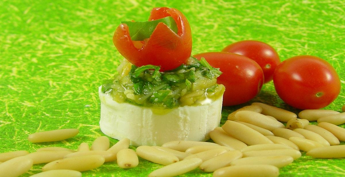 Pesto aus Bärlauch auf Ziegenfrischkäse