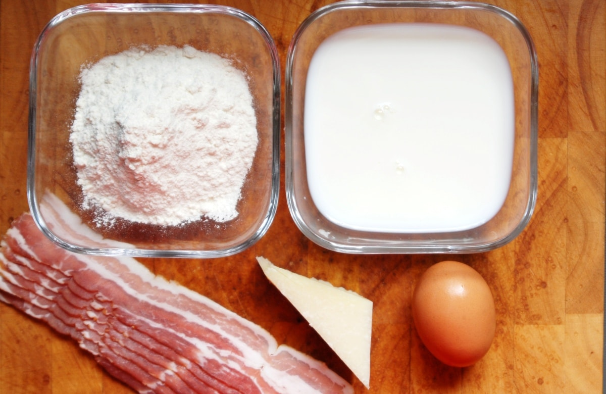 einfache Zutaten und Zubereitung für eine falsche Pizza