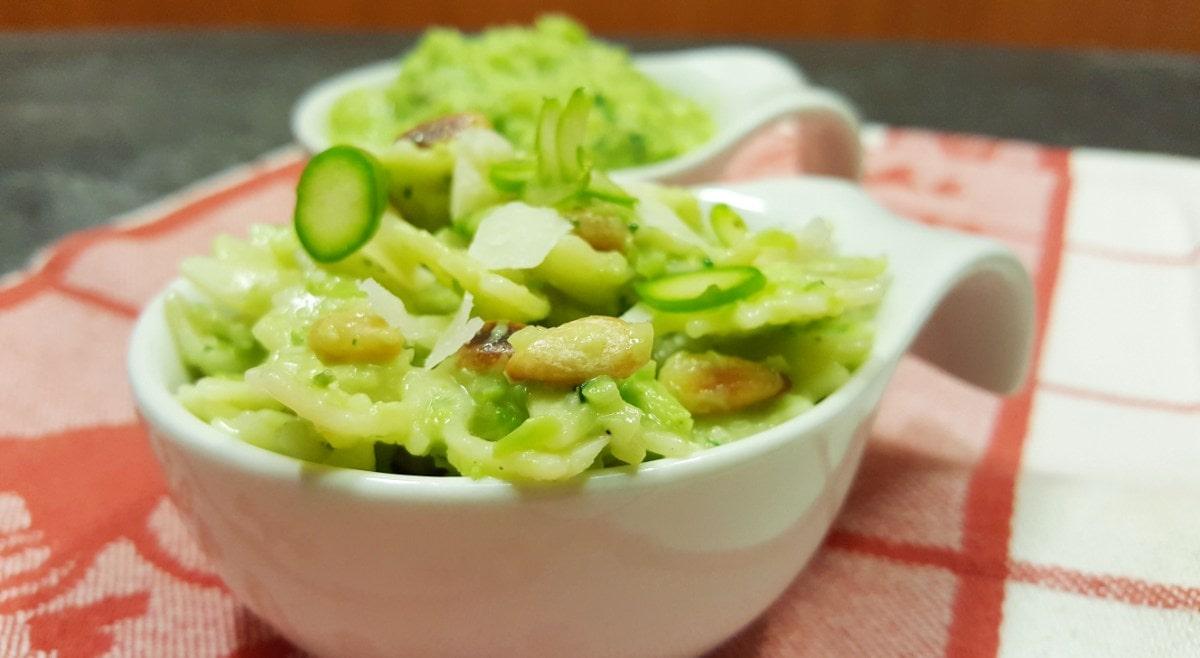Nudelsalat mit Pesto aus grünem Spargel und Pinienkernen