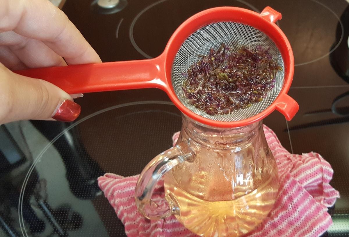 Lavendelsirup abfüllen