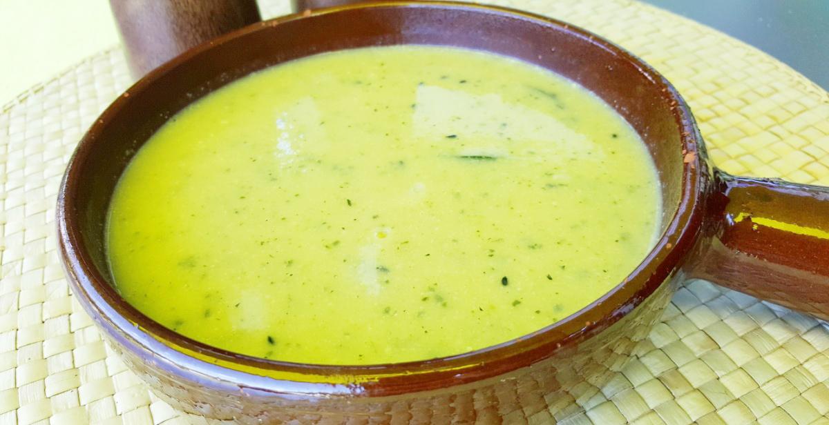 Zucchinisuppe mit Hummus und Schwarzkümmel