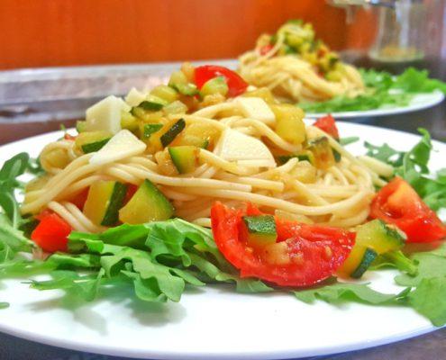 Spagheti mit Tomate, Rucola und Zucchini