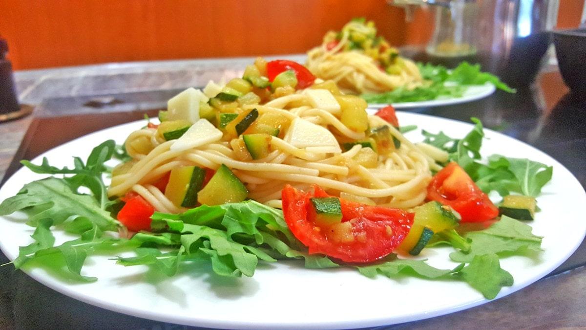 Sommer Pasta mit Zucchini, Tomate und Rucola