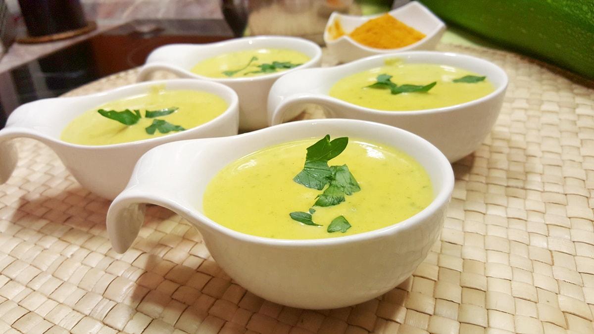 Zucchinicremesuppe mit Curry