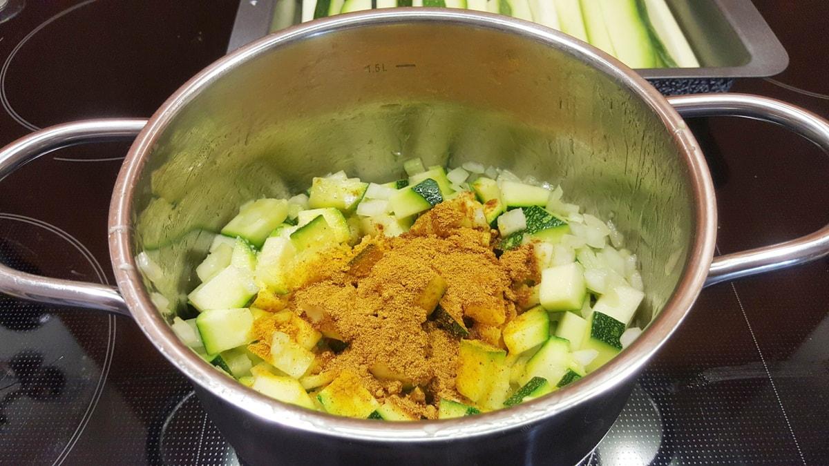 Zucchinicremesuppe mit mildem Curry