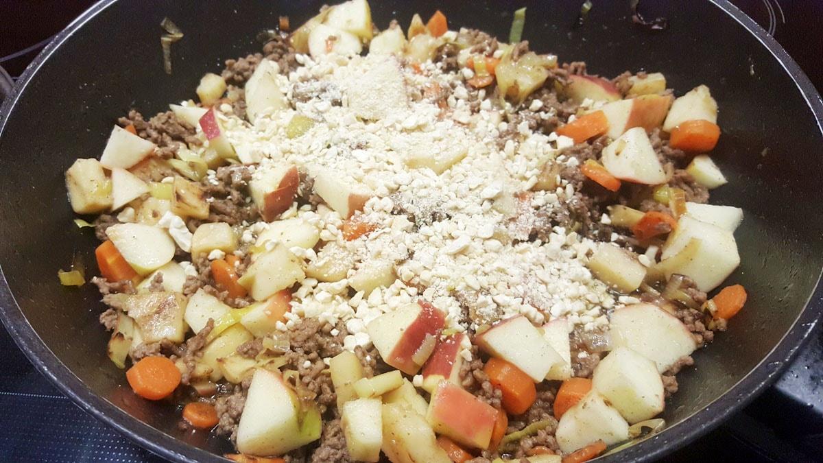Chashewkerne und Äpfel für die schnelle Hackfleischpfanne