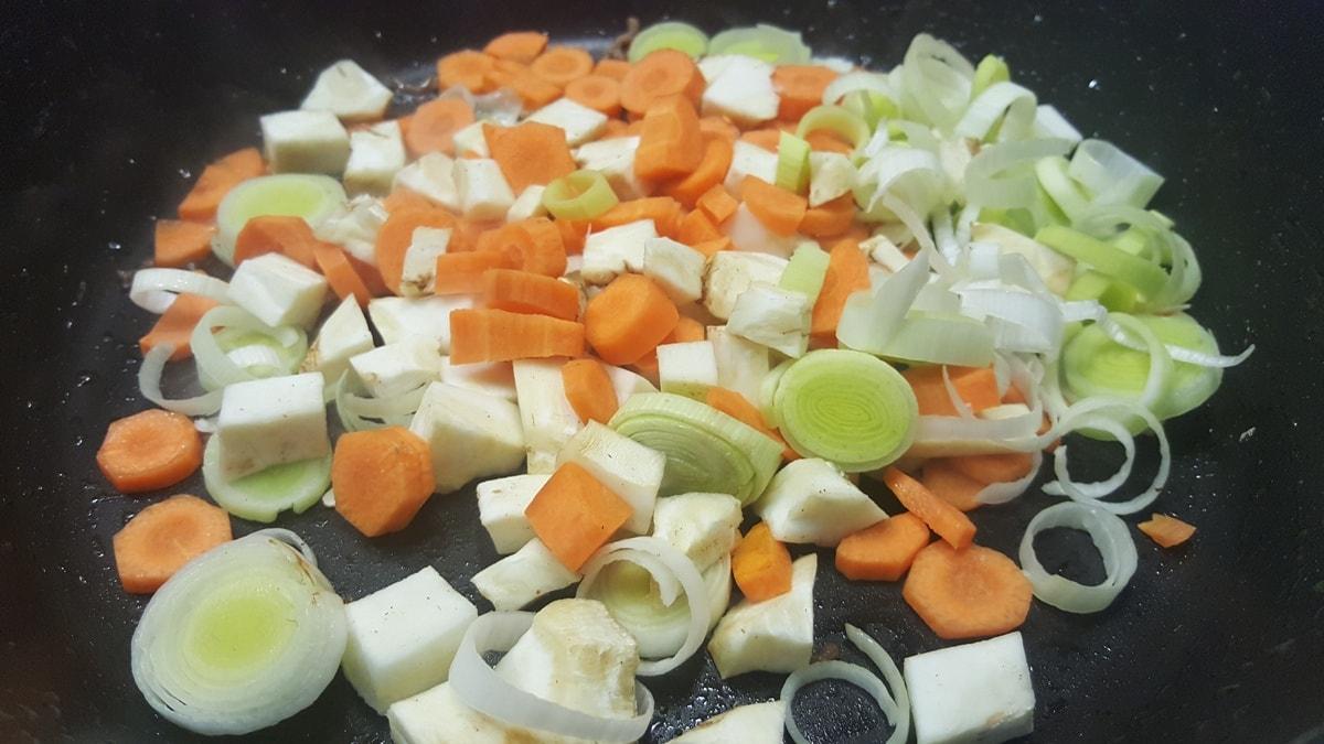 Gemüse braten für Hackfleischpfanne
