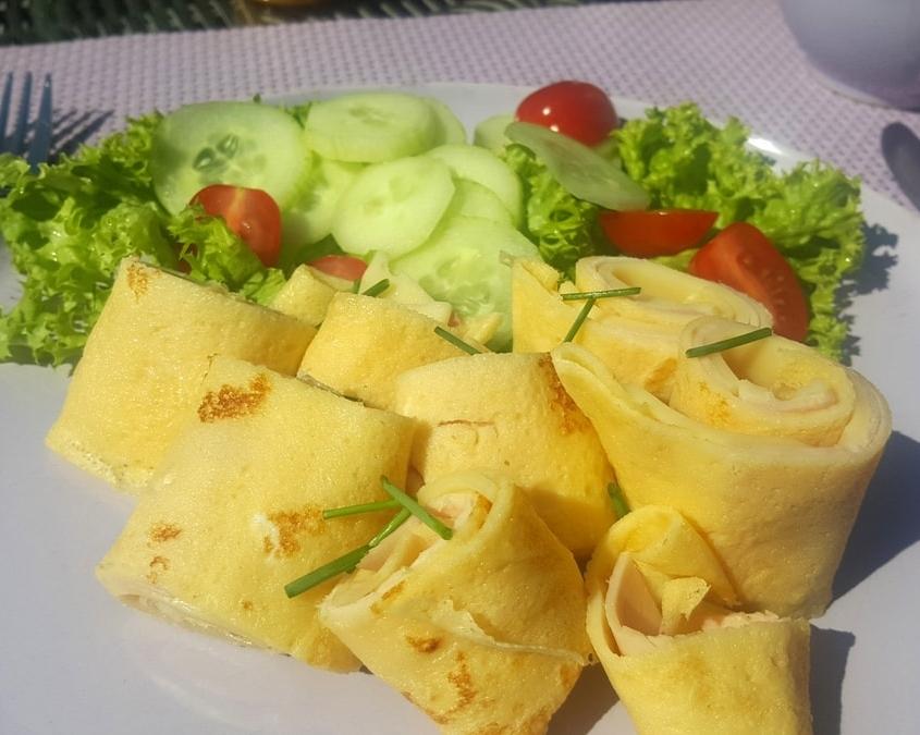 mallorquinisches Frühstück mit gefüllten Crepes