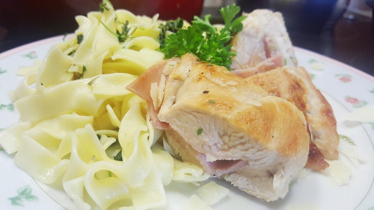einfaches Rezept für gefüllte Hühnerbrust mit Petersilien-Pesto