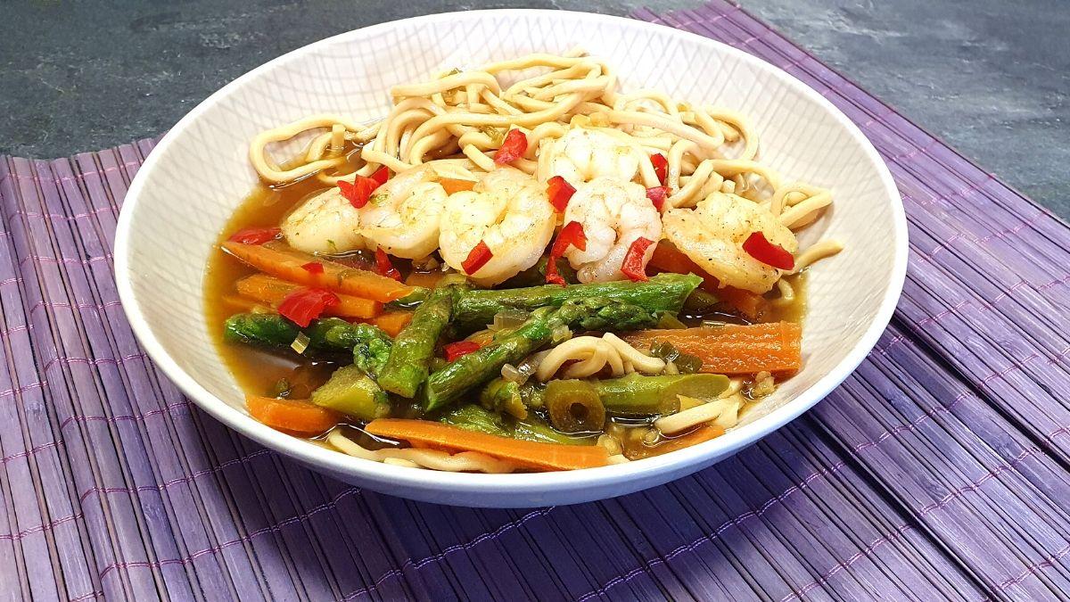 Rezept für asiatische Thai Bowl mit Spargel und Garnelen