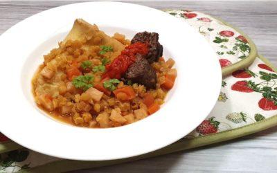 Dinkelpfannkuchen mit Linsen und Bifteki