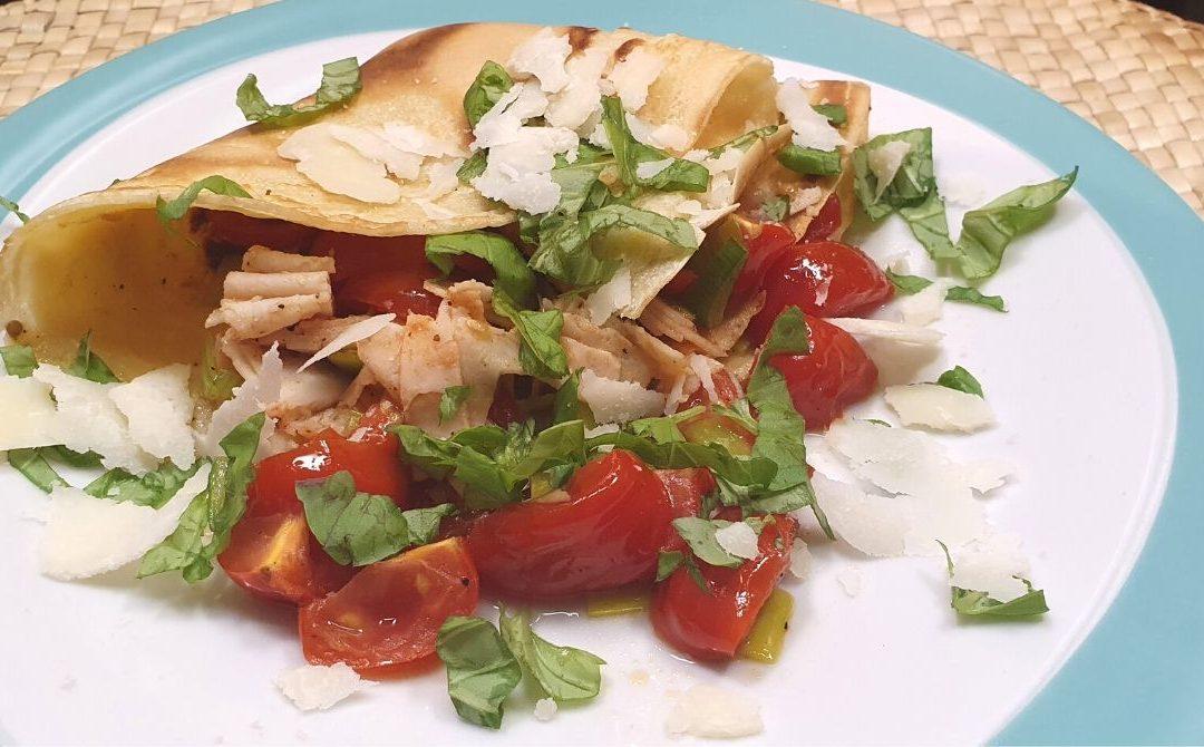 Dinkelpfannkuchen mit Hühnchen, Tomaten & Parmesan