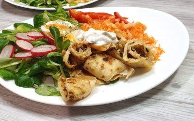 Spitzkohl-Dinkel-Pfannkuchen mit knackigem Salat – einfaches Rezept fürs Abendessen