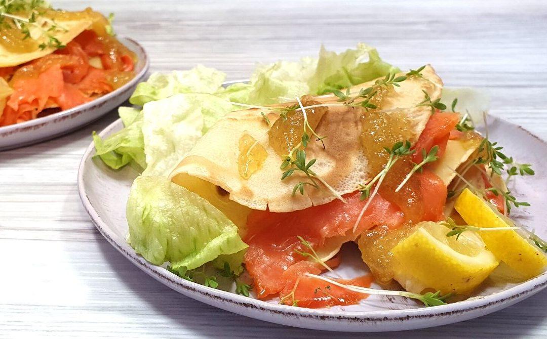 Dinkelpfannkuchen mit Räucherlachs und Feigensenf