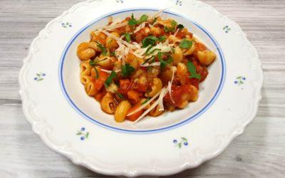 Italienischer Eintopf mit Nudeln, Bohnen und Speck
