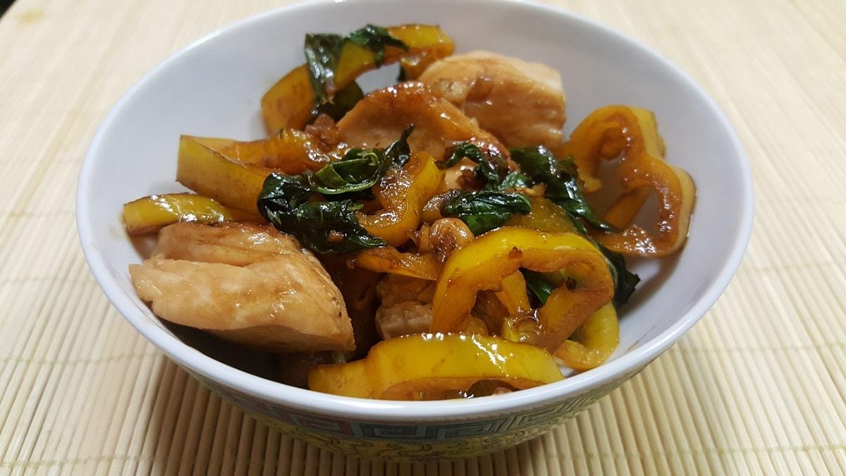 Thai Hühnchen  Rezept mit frischem Basilikum