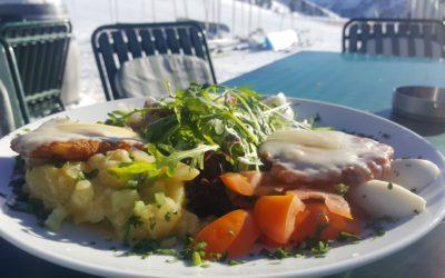 Käserösti mit jeder Menge frischem Salat