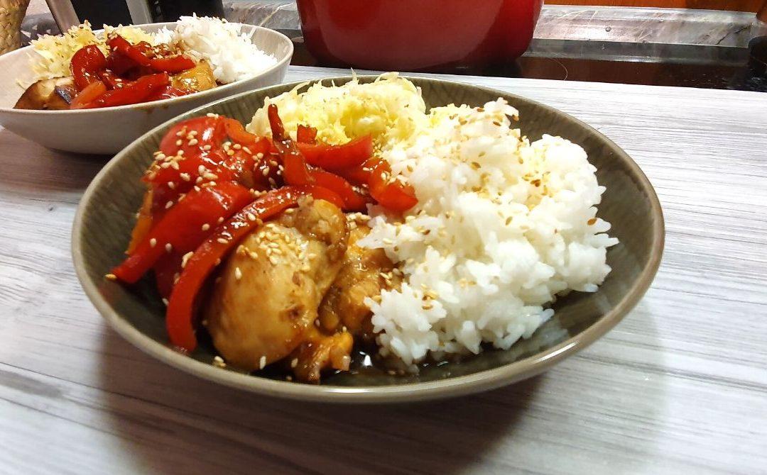Koreanisches Hühnchen mit Spitzkohl Salat und Reis