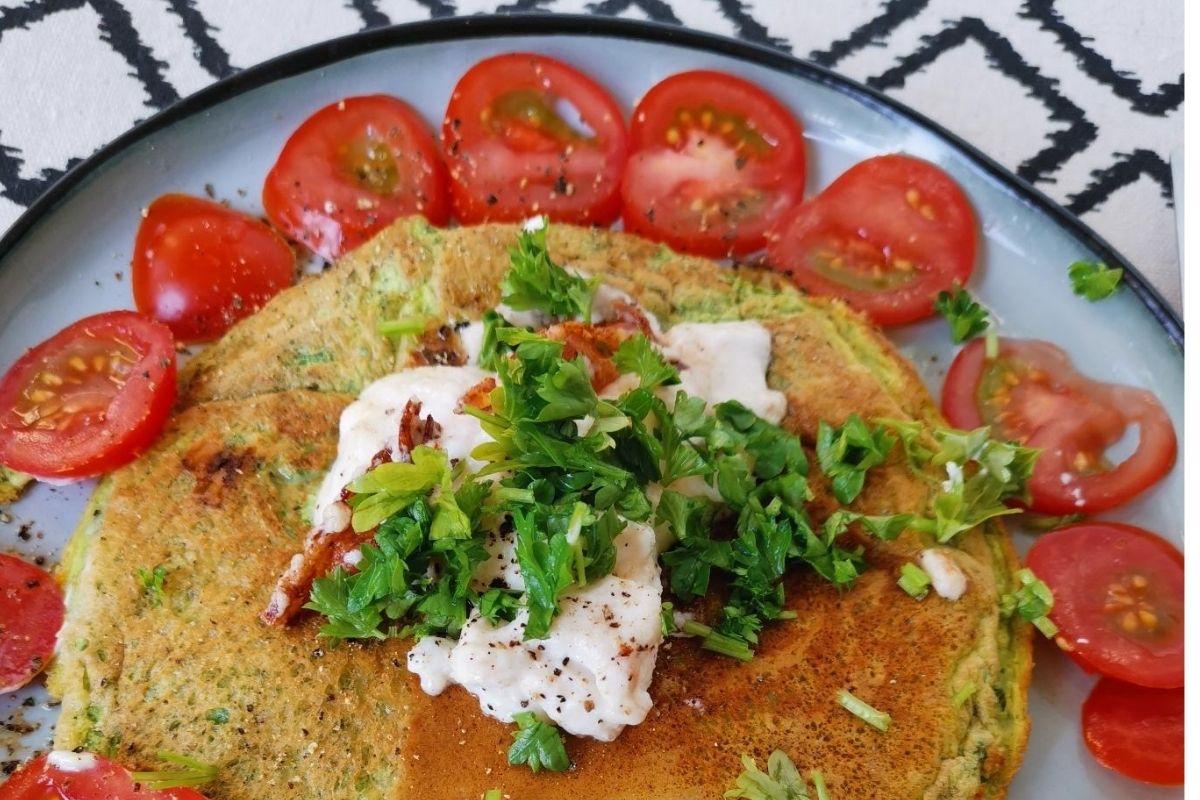 Kräuteromelett mit Ziegenfrischkäse und frischen Tomaten