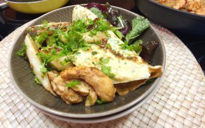 Kräuter Pfannkuchen mit gebratenem weißen Spargel und Hühnchen