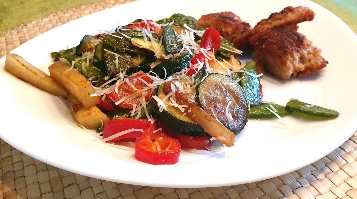 Mediterranes Gemüse mit Parmesan und Putzen Schitzel
