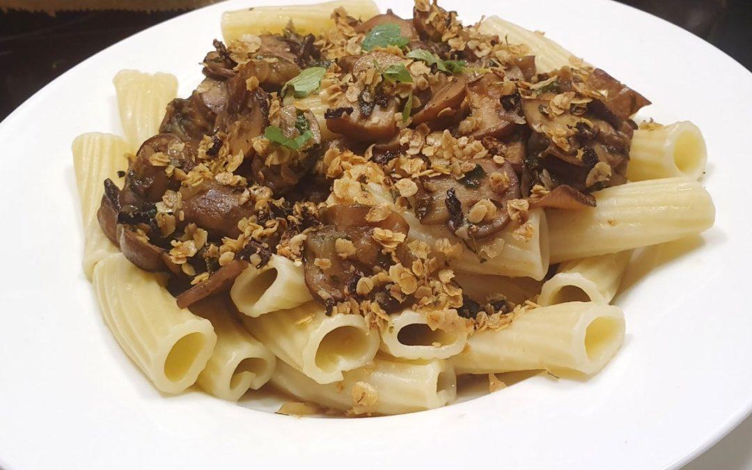 Pasta mit Champignons und Haferflocken-Kräuter-Knusper