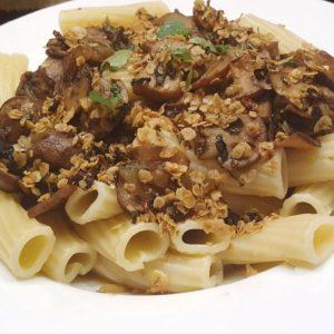 Pasta mit Champignons und Haferflockenknusper