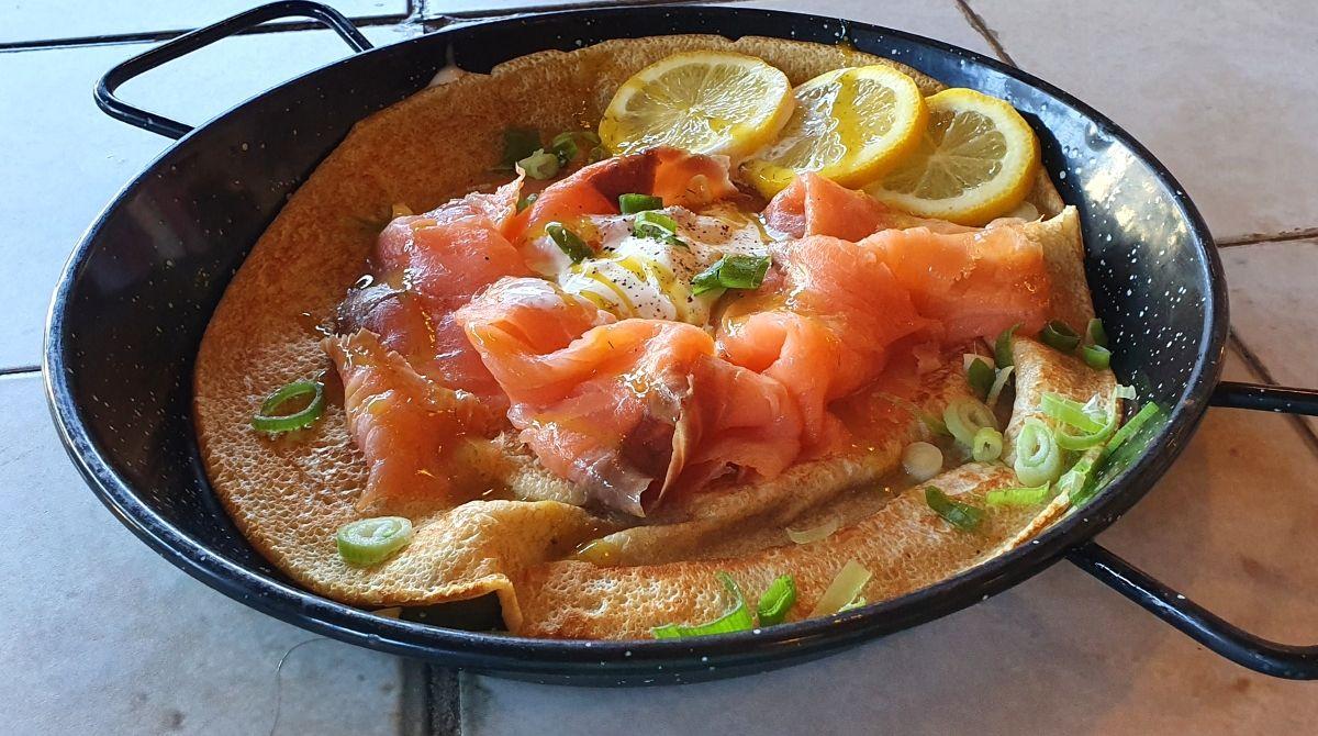Pfannkuchen mit Lachs und Frischkäse
