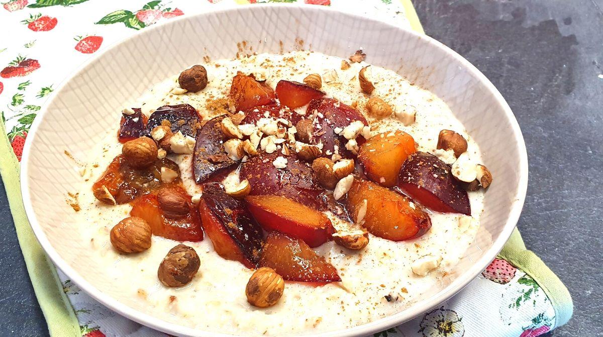 Porridge zubereiten mit Zimtpflaumen und Haselnüssen