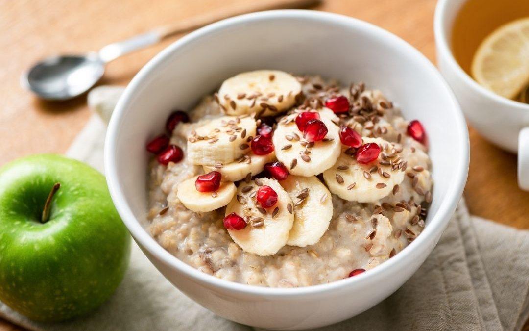 Porridge mit Banane, Granatapfel und Leinsamen