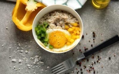 herzhaftes Porridge mit Paprika und Spiegelei