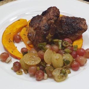 Rinderleber mit Kürbis und Weintrauben