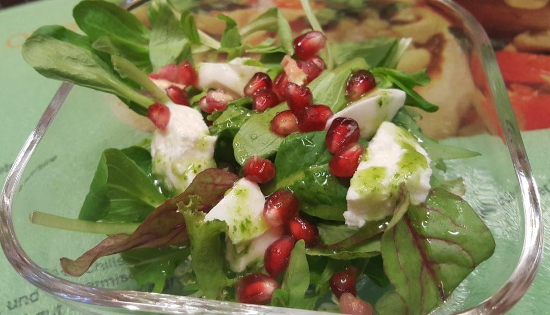 Winterlicher Salat mit Granatapfel und Büffelmozzarella