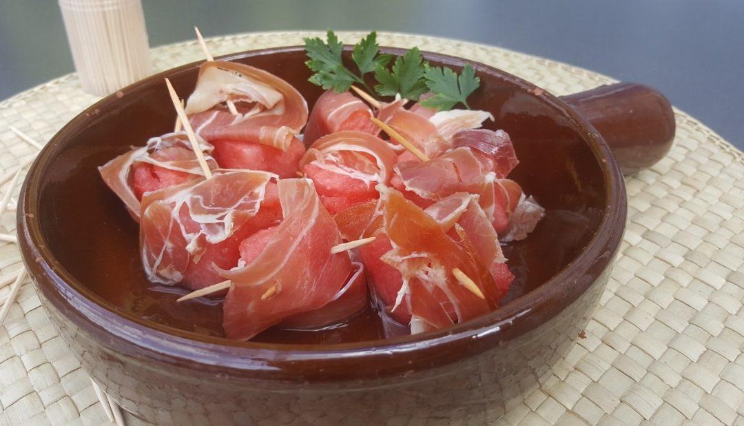 Jamòn con Sandìa – spanische Tapas Spezialität: luftgetrockneter Schinken mit Wassermelone